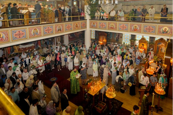 Руска Црква Свете Тројице у Торонту приликом богослужења
